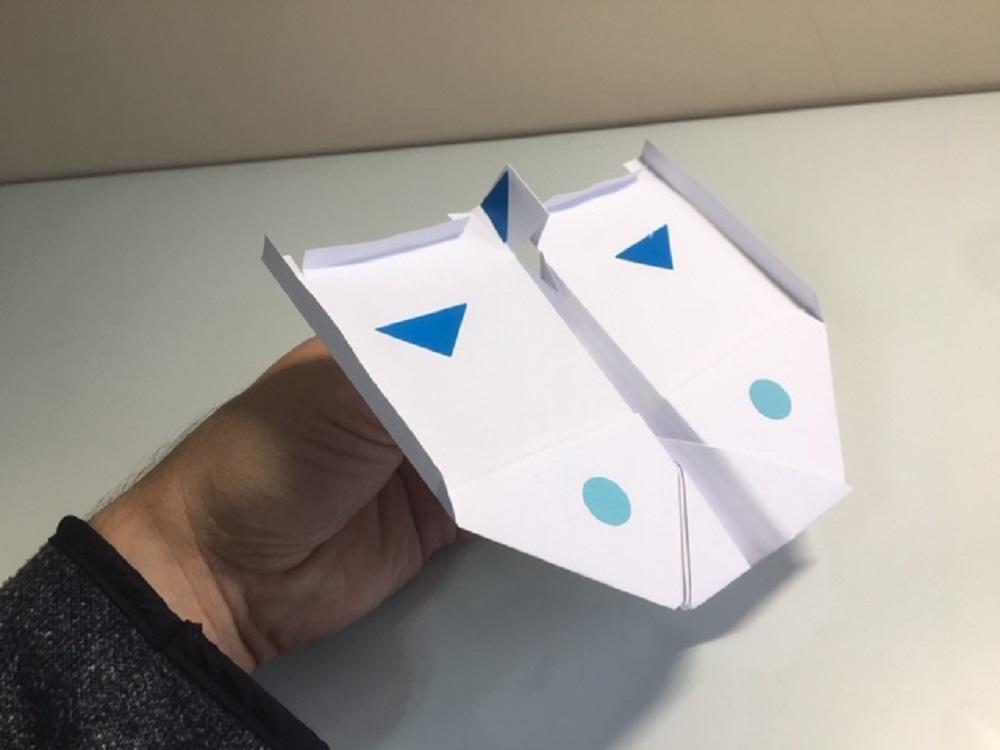 Avion de papel decorado con pegatianas